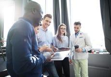 Startverschiedenartigkeits-Teamwork-Sitzung- über Brainstormingkonzept Geschäfts-Team Coworkers Analyze Finance Report-Laptop Leu Stockbild