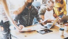 Startverschiedenartigkeits-Teamwork-Sitzung- über Brainstormingkonzept Geschäfts-Team Coworkers Global Sharing Economy-Berichts-D Stockbild