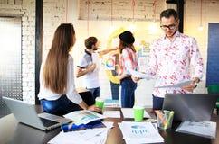 Startverschiedenartigkeits-Teamwork-Sitzung- über Brainstormingkonzept Geschäfts-Team Coworkers Sharing World Economy-Berichts-Do stockfoto