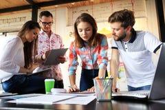 Startverschiedenartigkeits-Teamwork-Sitzung- über Brainstormingkonzept Geschäfts-Team Coworkers Sharing World Economy-Berichts-Do
