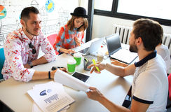 Startverschiedenartigkeits-Teamwork-Sitzung- über Brainstormingkonzept Geschäfts-Team Coworkers Sharing World Economy-Berichts-Do Stockbilder