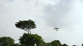 Startvliegtuigen op de achtergrond van bomen in het Indonesische dorp stock footage
