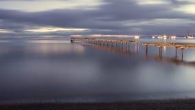 Stary łamający puszka drewniany molo w Punta Arenas, stary dok w Chile na Pacyficznym oceanie Zmierzch zdjęcia royalty free