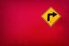 Stary Żółty ruchu drogowego znaka zwrota dobro na czerwieni ściany teksturze Obraz Stock