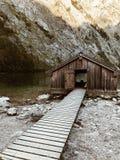 Stary łódkowaty ` s dom na jeziorze obrazy royalty free