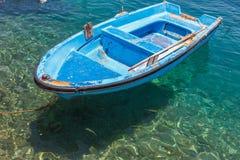 Stary łódkowaty unosić się na jasnej wodzie Zdjęcia Stock