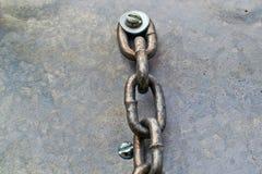 Stary łańcuch dołączał rygiel i płuczki metalu tło fotografia stock