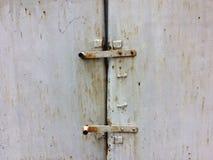 Stary łańcuch na drewnianym drzwi i kędziorek zdjęcia stock