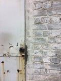 Stary łańcuch na drewnianym drzwi i kędziorek fotografia stock