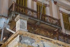 Stary łamający balkon na starym domu z zrudziałym i rujnującym Obraz Stock