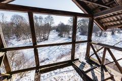 Stary łamający drewniany balkon i widok piękna dzika zimy natura Obraz Royalty Free
