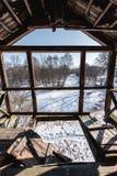 Stary łamający drewniany balkon i widok piękna dzika zimy natura Obrazy Stock