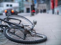 Stary łamający i przegięty bicykl fotografia stock