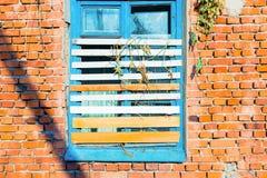 Stary łamający okno na ścianie Zdjęcie Stock