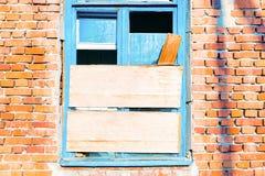 Stary łamający okno na ścianie Obrazy Royalty Free