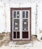 Stary łamający okno na białej ścianie Fotografia Royalty Free