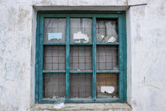 Stary łamający okno z ośniedziałymi stalowymi pręt Zdjęcia Stock