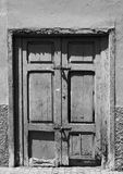 Stary łamający pytlowy zamykający drzwi w zaniechanym domu obraz stock