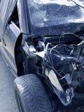 Stary, łamający samochód w błękitnych brzmieniach, zdjęcie stock