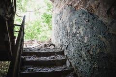 Stary łamający schody w ośniedziałym rujnującym zaniechanym domu Fotografia Royalty Free