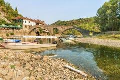 Stary łukowaty kamienny most przez rzeki CrnojeviÄ ‡ fotografia royalty free