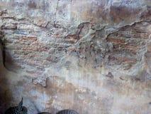 Stary ściana z cegieł pękający uszkadzający stary fotografia royalty free