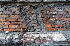 Stary ściana z cegieł spada oddzielnie tło Obrazy Royalty Free
