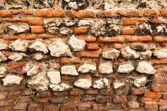 Stary ściana z cegieł z rozdrabnianie cegłami obrazy royalty free