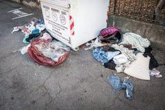 Stary śmieciarski i odzieżowy zdjęcia stock