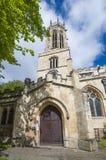 Stary średniowieczny angielski kościół z zegarowy wierza Fotografia Royalty Free