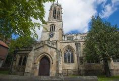 Stary średniowieczny angielski kościół z zegarowy wierza Obrazy Royalty Free
