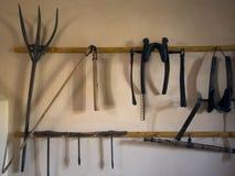 Stary średniowieczny narzędzie Dziejowa gospodarstwo rolne domu podstawa, saw, rozpusta, cioska, motyka, cep, smoły rozwidlenie,  Zdjęcia Royalty Free