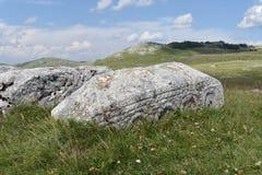 Stary średniowieczny necropolis steÄ ‡ ci i góra w tle zdjęcie stock