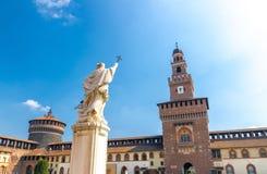Stary średniowieczny Sforza kasztel Castello Sforzesco i wierza, Mediolan, Włochy zdjęcia royalty free