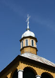 Stary żółty drewniany kościół obrazy stock