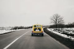 Stary żółty Fiat Zastava 705 na drodze robić w SFRJ Fotografia Royalty Free