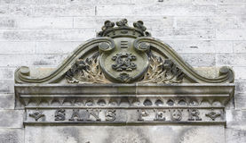 Stary żakiet ręki przy kasztelem Obraz Royalty Free