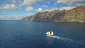 Stary żeglowanie statek żegluje w kierunku romantycznych przygod zbiory wideo