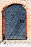 Stary żelazny drzwi w ściana z cegieł obraz stock