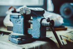 Stary żelazny imadło na stole fotografia stock