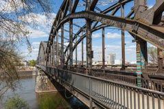 Stary żelazny linia kolejowa most w Frankfurt Fotografia Royalty Free