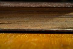 Stary album fotograficzny kłama na drewnianym stole w pokoju księga zamknięta Zdjęcia Royalty Free