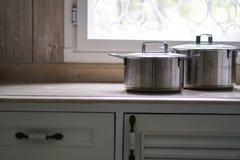 Stary aluminiowy stali nierdzewnej kucharstwa garnek na kuchennym stole Zdjęcia Stock