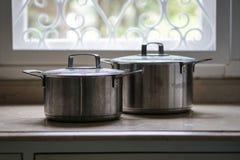 Stary aluminiowy stali nierdzewnej kucharstwa garnek na kuchennym stole Zdjęcie Royalty Free