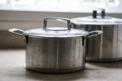 Stary aluminiowy stali nierdzewnej kucharstwa garnek na kuchennym stole Obrazy Royalty Free