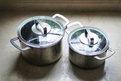Stary aluminiowy stali nierdzewnej kucharstwa garnek na kuchennym stole Obraz Stock