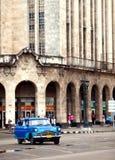 Stary Amerykański retro samochód, ikonowy widok w mieście na Malecon uliczny Styczeń 27, 2013 w Ol (50th rok zeszły wiek) Obraz Stock