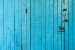 Stary antyczny błękitny drewniany falcowania drzwi Porysowany antykwarski drewniany s obrazy stock