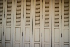Stary antyczny drewniany huśtawkowego drzwi tło Rocznik stary drewniany Zdjęcie Stock