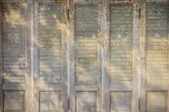 Stary antyczny drewniany huśtawkowego drzwi tło Rocznik stary drewniany Obrazy Royalty Free